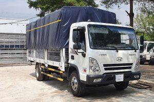 Xe tải mui bạt có phần khung mui và bạt phủ ở thùng xe