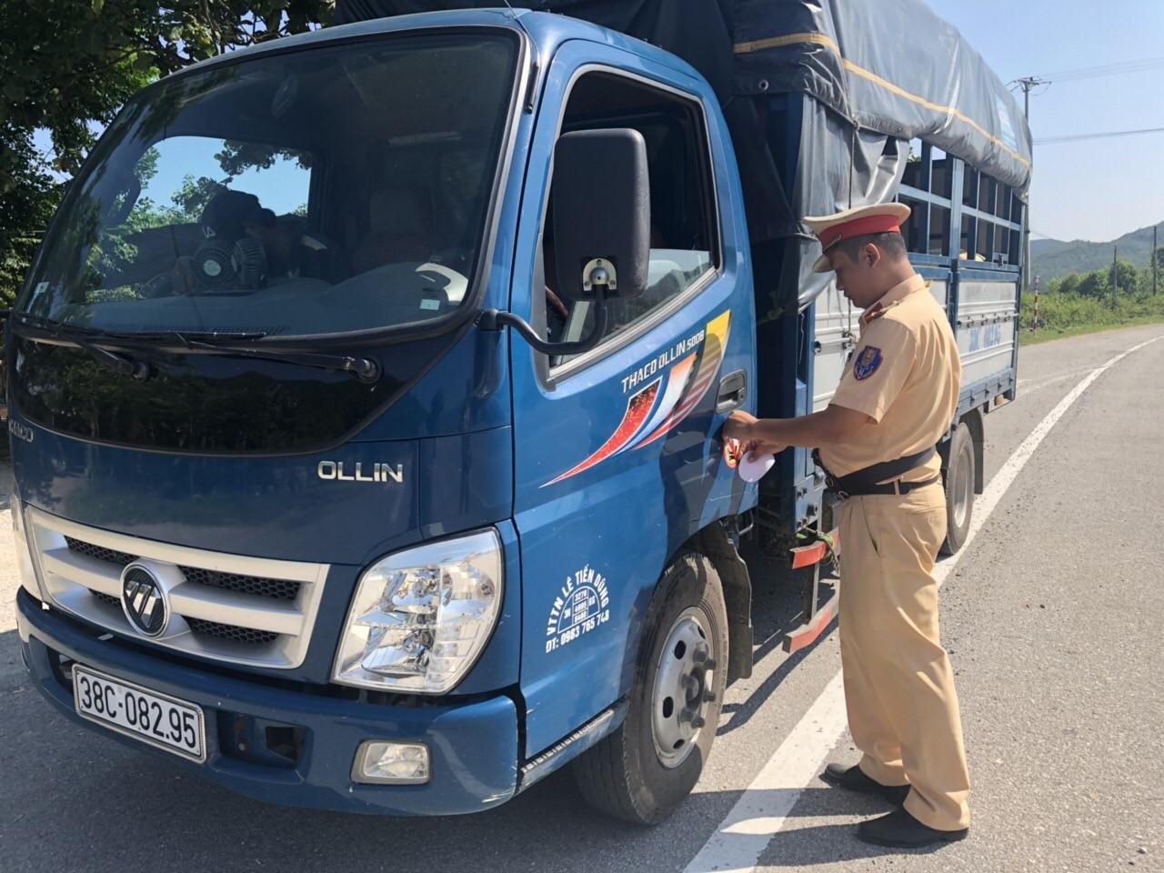 Dán logo xe ô tô tải là thực hiện đúng pháp luật